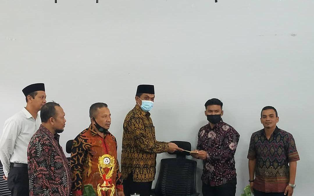 Raih Juara III Tingkat Nasional, Dekan Fasya IAIN Langsa Serahkan Reward